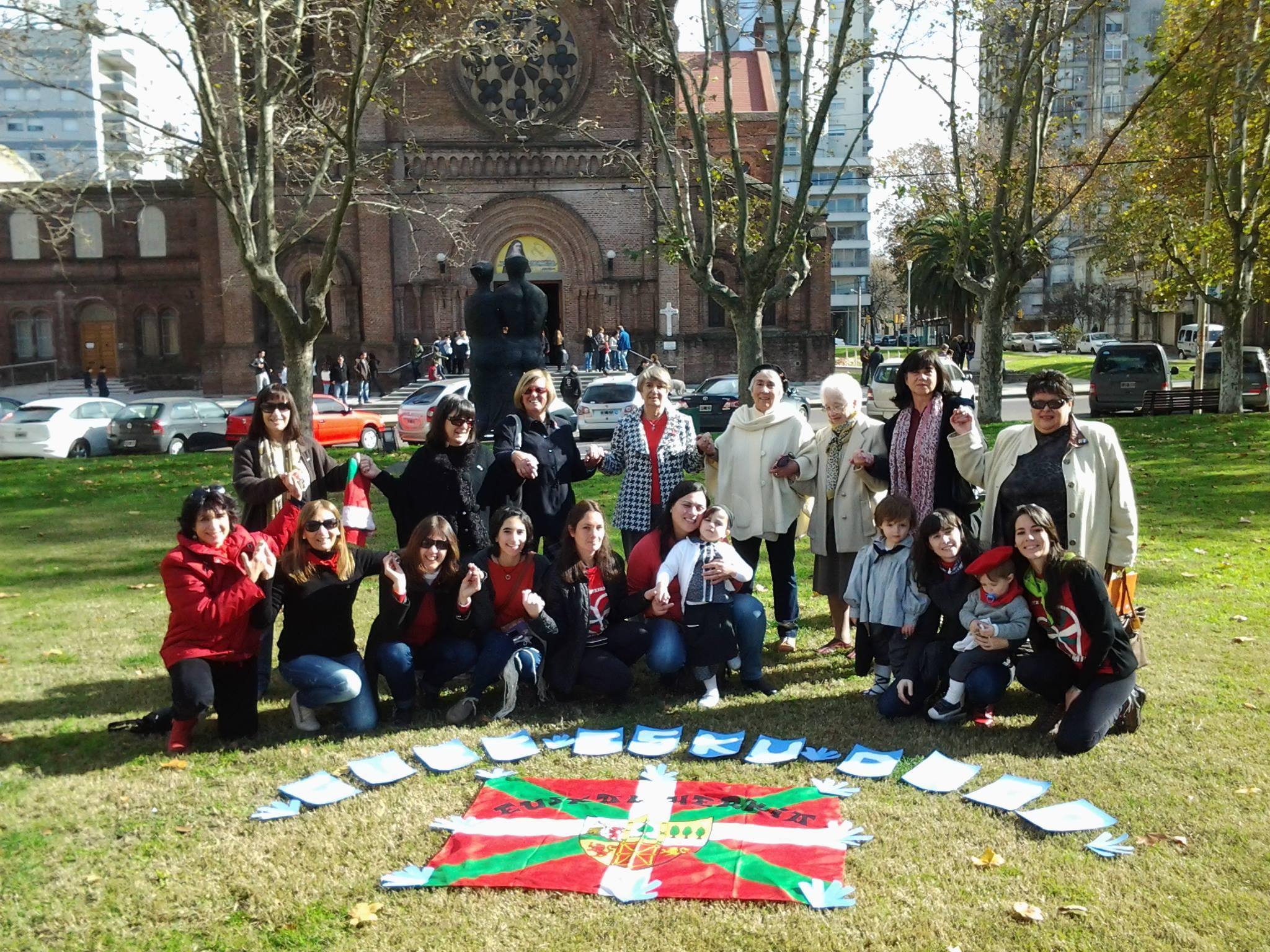 Integrantes del Lagun Onak pergaminense participando de la Cadena Humana 'Gure Esku Dago', en la Plaza Merced de la ciudad