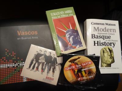 Sariak: hiru liburu, 'Vascos en Buenos Aires', askoren artean (gaztelaniaz), Joseba Etxarriren 'Euskaldunen Amerika' (euskaraz) eta Cameron Watson-en 'Modern Basque History' (ingelesez), Kherau taldearen 'Aukhera' CDa; eta 'Zerutik sua dator' DVDa.