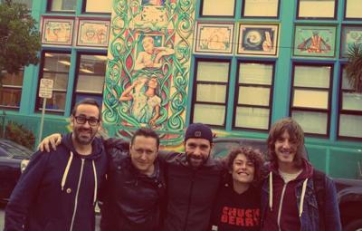 Fermin Muguruza eta biran parte hartszen duten teknikari eta musikari batzuk San Frantziskon (argazkia Fermin Muguruzaren Facebook)