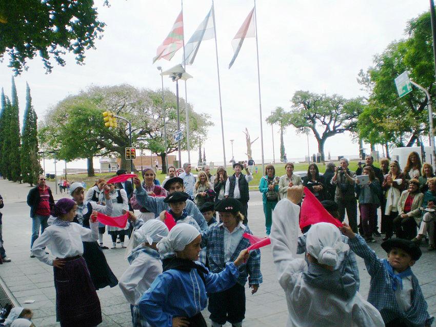 Los socios del Zazpirak Bat de Rosario celebran el Aberri Eguna en la Plaza Gernika, frente al Río Paraná