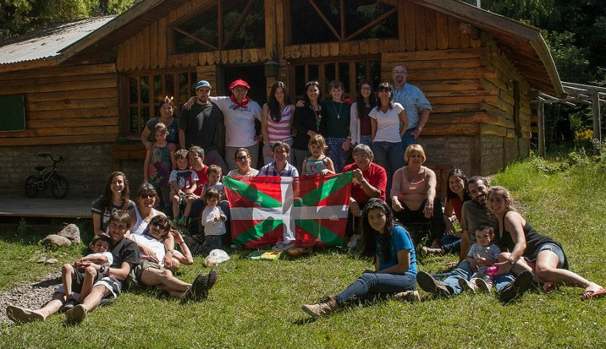 Integrantes del centro Euskal Txokoa de San Martín de los Andes