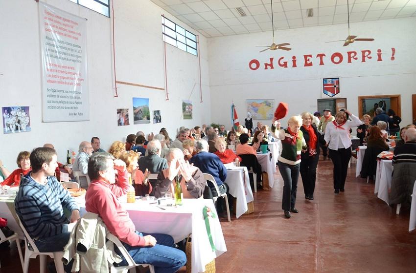 Socios del Zelaiko Euskal Etxea de Santa Rosa en uno de sus almuerzos mensuales