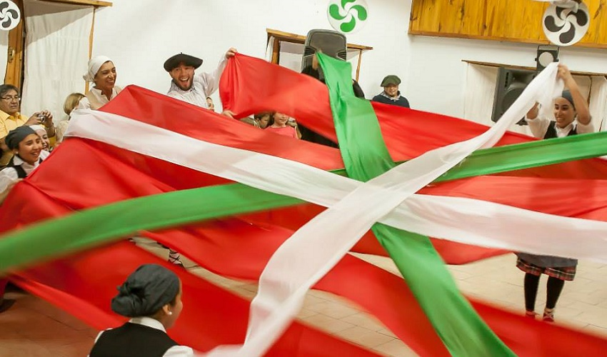 Los dantzaris armaron y desplegaron la ikurriña en la fiesta vasca de San Martín de los Andes