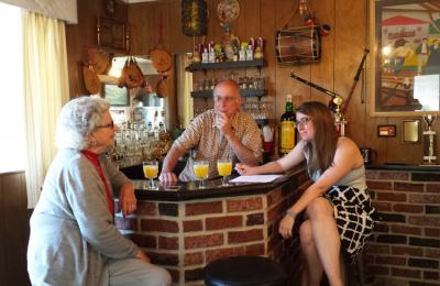 """Rita Etchepare elkarrizketatzen. Ritak 96 urte ditu eta Kaliforniako Patterson herrian jaioa da. Bere esanetan, """"elkarrizketa hauek berandu izan baino lehen egin behar dira"""" (argazkia MemoriaBizia)"""