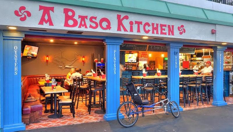 Los Angelesaldean, itsaso gainean, Redondo Beach-en kokatutako dagoen Basque Kitchen jatetxea, Beñar Ibarra baionesa buru eta sukaldari