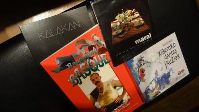 Lau zozketagaiak: Kalakan eta  Maral-en CDak; Boiseko euskaldunei buruzko liburua; Xiberoko CD bikoitza (argazkia EuskalKultura.com)