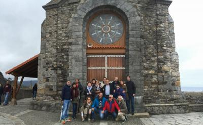 A group from Gure Txoko Basque Club in Valladolid during a visit to San Juan de Gaztelugatxe (photo Valladolid EE)