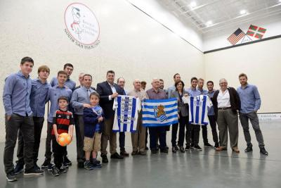 Players from Real Sociedad with members of the San Francisco Basque community at the Basque Cultural Center (photo Real Sociedad)