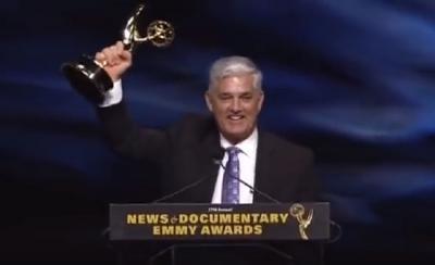 Ricardo Arambarri gernikarren semea, 2016ko kazetaritza arloko Emmy saria jasotzen