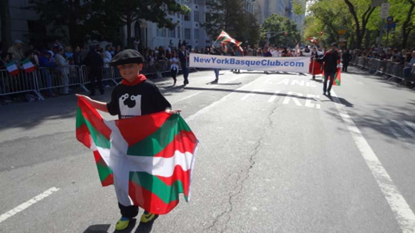 EENYen partaidetza Columbus Day-ko kabalkada famatuan, 2013ko urrian (argazkia EuskalKultura.com)