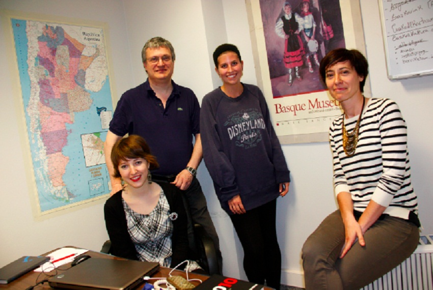 Bego Miñaur (first on the right) in a photo taken in the office in 2013.  Having an office, allowed us to have interns and collaborators s, among other things (photo BasqueTribune.com)