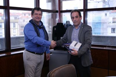 Winner Kepa Ramos, left, receiving the prize from HABE director Joseba Erkizia (photoHABE)