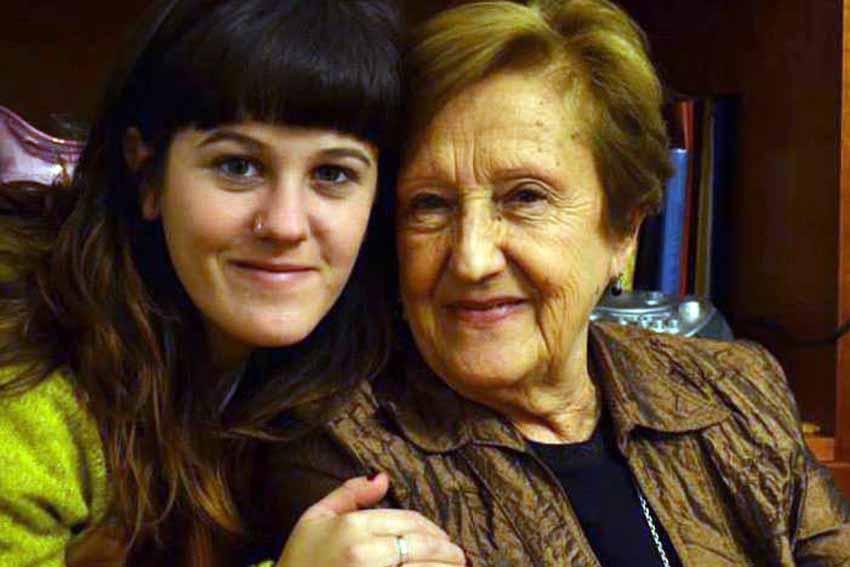 Anamari con su amona Olga, fallecida hace 10 meses.
