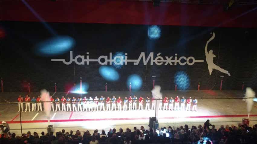 Aspecto del fróntón México el pasado viernes, con el cuadro de pelotaris al completo al inicio de la gala (foto El Desmarque)