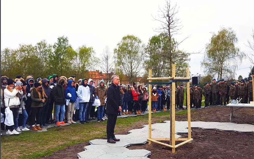 Urkullu en Auschwitz: Plantando un retoño del Arbol de Gernika (photo Irekia)