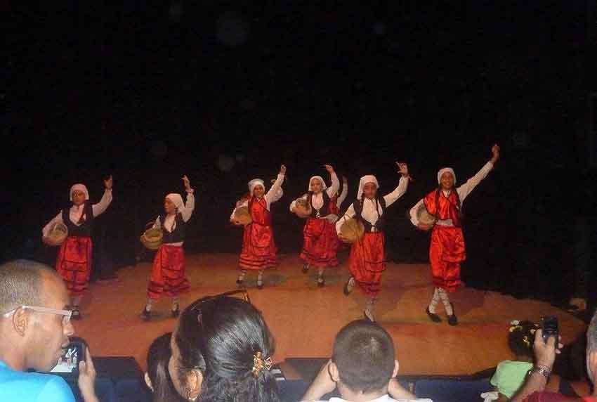 Dantzaris del grupo 'Arima' adscrito a la euskal etxea habanera durante su actuación en la Semana Vasca