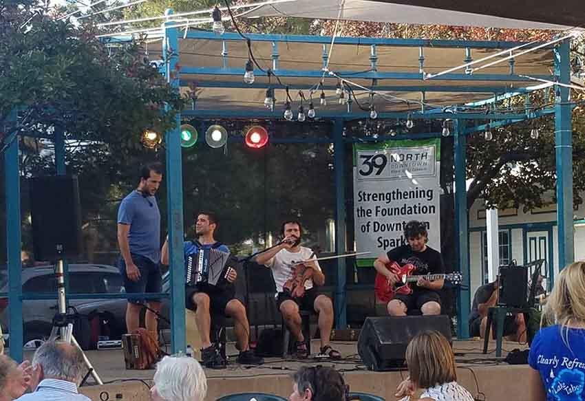 El grupo Errebal ayer durante su actuación en la Victorian Square de Reno-Sparks, en Nevada (foto Lisa Corcostegui)