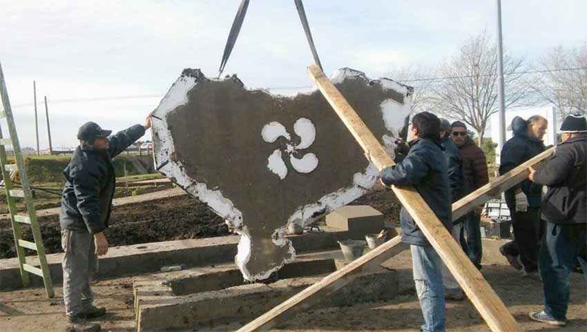 Hizo falta una grúa para colocar la escultura que presidirá la Plaza Vasca (foto Lu24 - Radio Tres Arroyos)