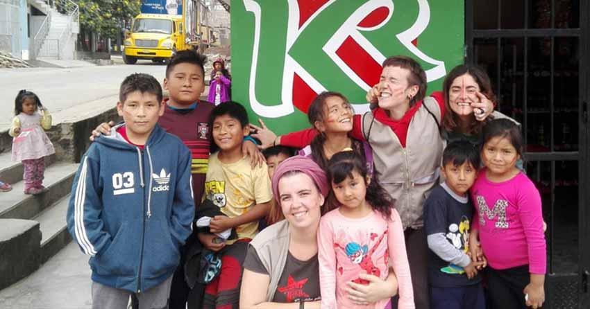Grupo de niños y niñas de Lurigancho, en Perú, con jóvenes cooperantes del programa