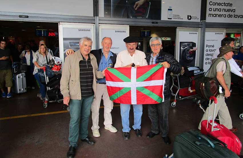 Beñat Chaubadindeguy, Jean-Louis Bergara, Luis Echegaray y Michel Etcheverry ayer en el aeropuerto de Ezeiza