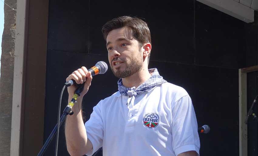 Ander Caballero Barturen en una imagen de archivo dirigiéndose al público de una fiesta vasca en California (foto EuskalKultura.com)