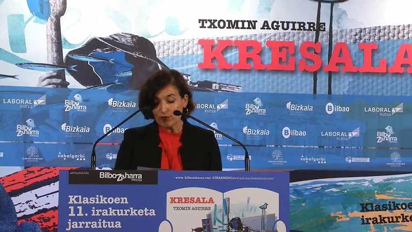 Etxepare Institutuko zuzendari Irene Larraza, egokitu zitzaion pasartea irakurtzen Bilboko Arriaga Antzokian