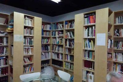 Partial look at the library at the Euskal Etxea in Paris (photo EuskalKultura.com)