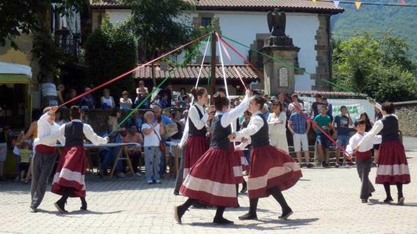 Dantzaris del grupo local Aitzaga bailan tras el Txupinazo que daba inicio a las fiestas 2018 de Iturmendi. Navarra (foto Nrea Mazkiaran-DNN)