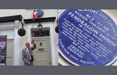 Acto de develación de la placa en la casa Pendragon de Caerleon, Newport; y detalle de la placa (fotos South Wales Argus)