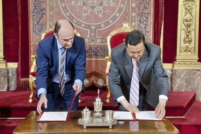 Los vicepresidentes de Navarra, Ayerdi, y de la provincia china de Gansu firman el pasado junio en Pamplona la reafirmación de sus relaciones
