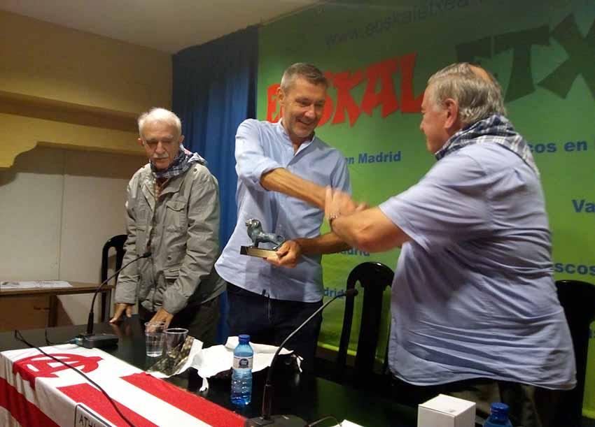 La Peña del Athletic de Euskal Etxea de Madrid entregando el pasado sábado su premio 'Un león en el foro' al periodista athleticzale británico Paul Giblin