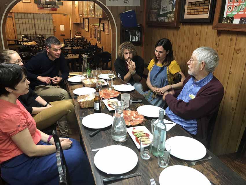 El antropólogo y vascólogo William Douglass en su reciente visita al Gure Txoko de Sidney, entrevistándose con su Directiva, antes de partir hacia el Centro Vasco de Townsville