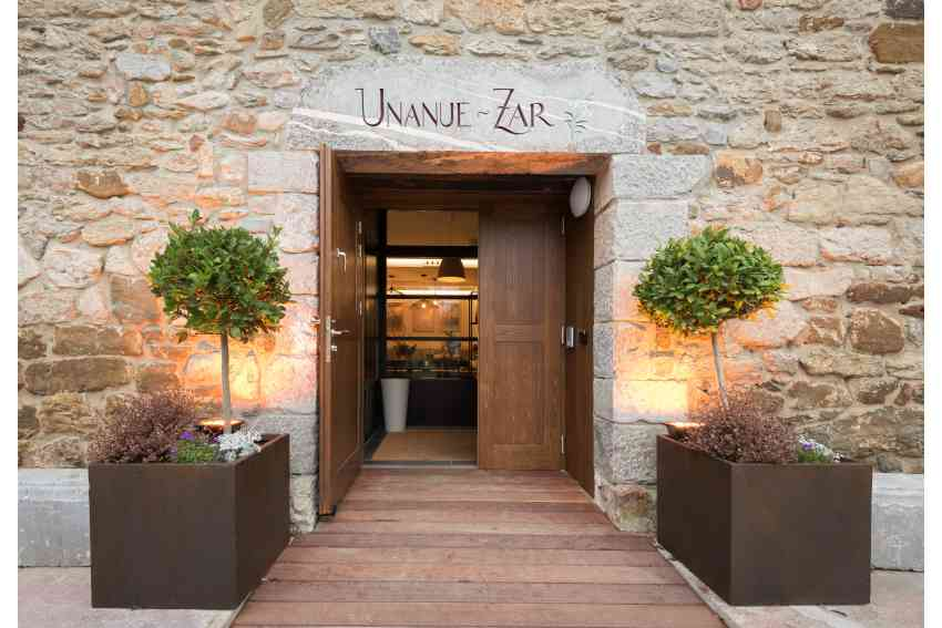 Entrance to the Hotel Heredada de Unanue on Errotazar Bidea 142, in Donostia-San Sebastián 20018