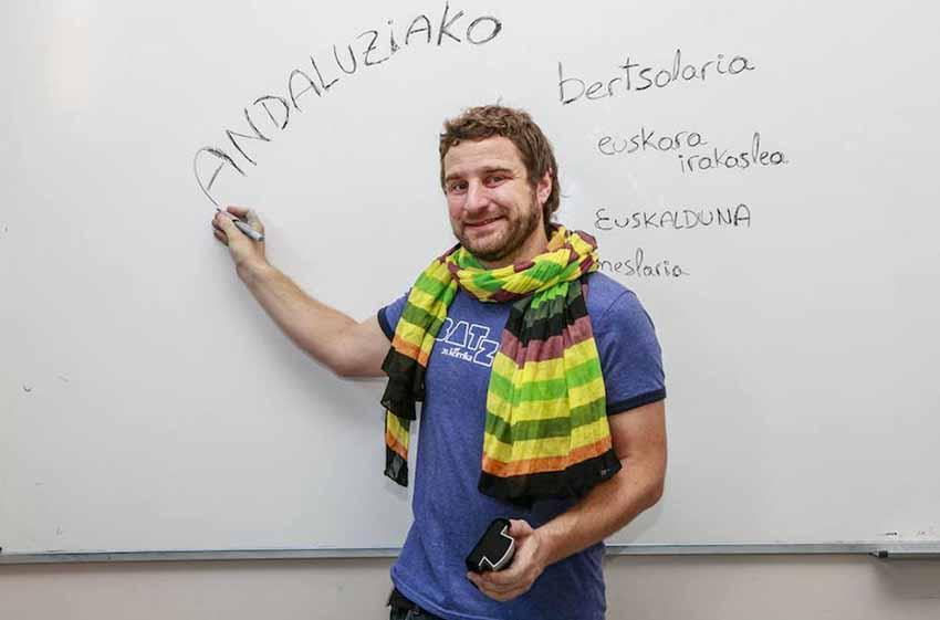 Aprendió euskera en Gipuzkoa, y desde hace tres años es irakasle en el euskategi Zadorra de AEK en Vitoria (foto Blanca Sáenz del Castillo)