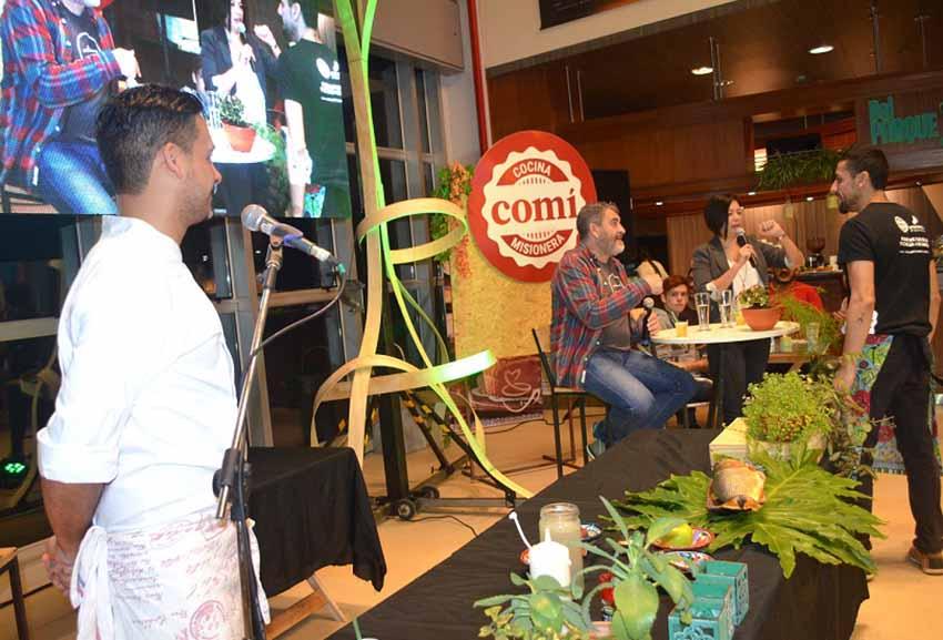 """Telmo Esnal, sentado, interviene en uno de los actos del festival Co-Cine """"Entre Fronteras"""" (foto Noticiasdel6.com)"""