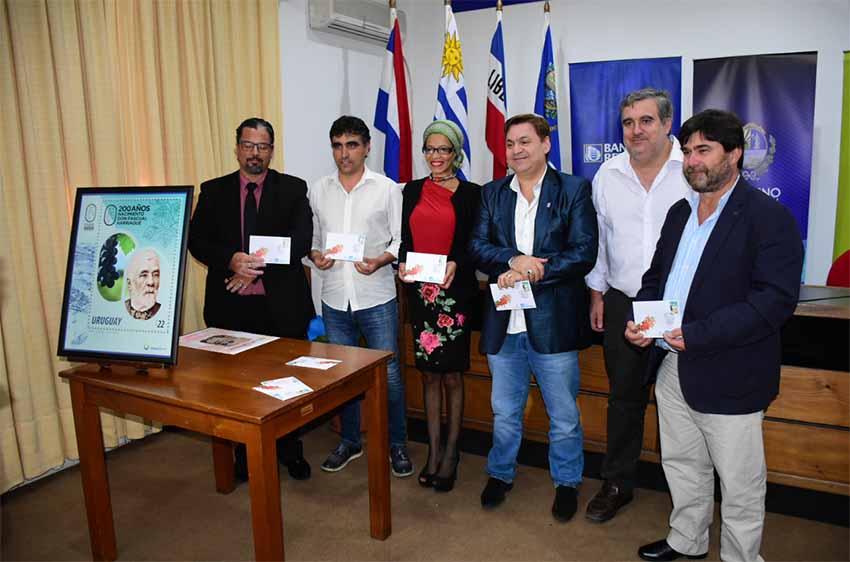 Las autoridades y representantes del Centro Vasco durante la presentación del sello conmemorativo (foto Gobierno de Salto)