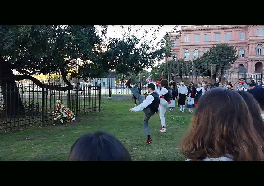 Dantzaris vasco-argentinos bailan aurresku ante el retoño del Árbol de Gernika que crece junto a la Casa Rosada (foto EuskalKultura.com)