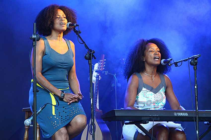 Las hermanas cubanas Danieuris y Daniellis Moya Avila forman el dúo D'Capricho