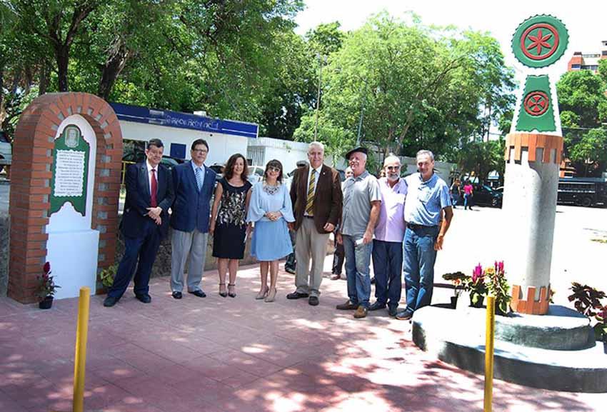 Ekitaldian parte hartutako buruzagi eta ordezkariak, plaka eta oroitarria bi aldeetan (arg. Tiempo Universitario)